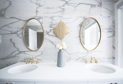 Bright%20marble%20and%20gold%20bathroom%