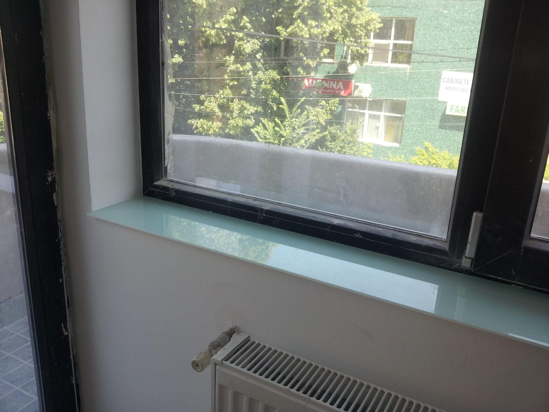 Glaf din geam vopsit alb