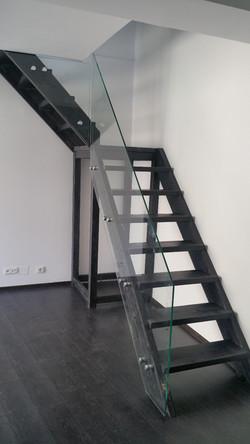 Balustrada din sticla pe vang de lemn
