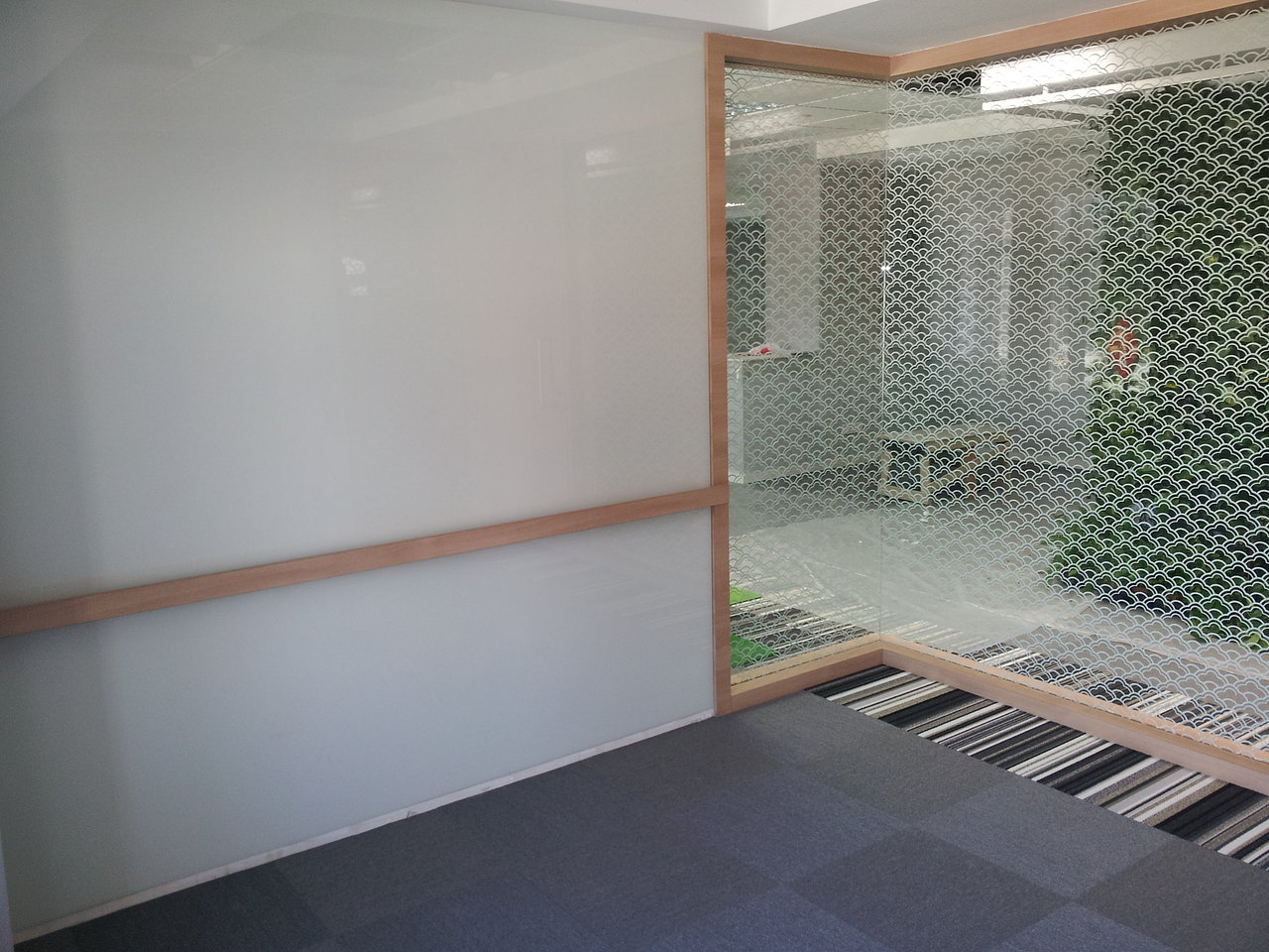 geam color folosit ca tabla de scris