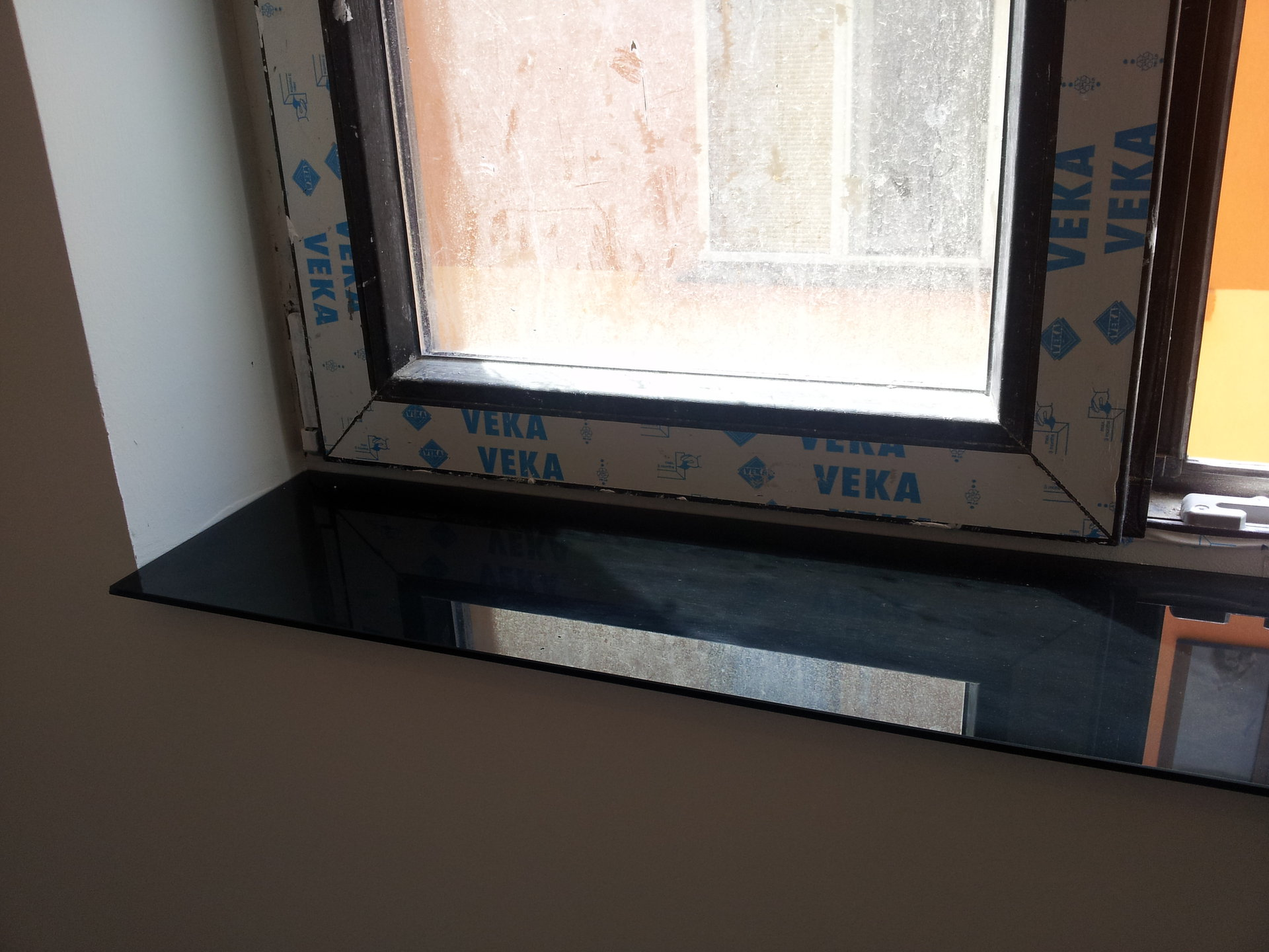 Glaf din geam vopsit negru