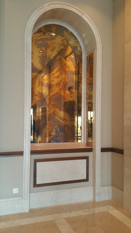Placare cu oglinda antichizata la Hilton
