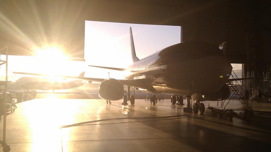Boeing_737_classic_in_hangar__silhouette