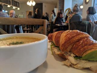 Sandwich au poulet et tartinade de fromage au yogourt grec fait maison