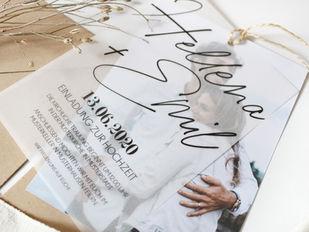 Hochzeitseinladung aus Materialmix: Transparentpapier und Fotokarton trifft auf rustikale Kordel