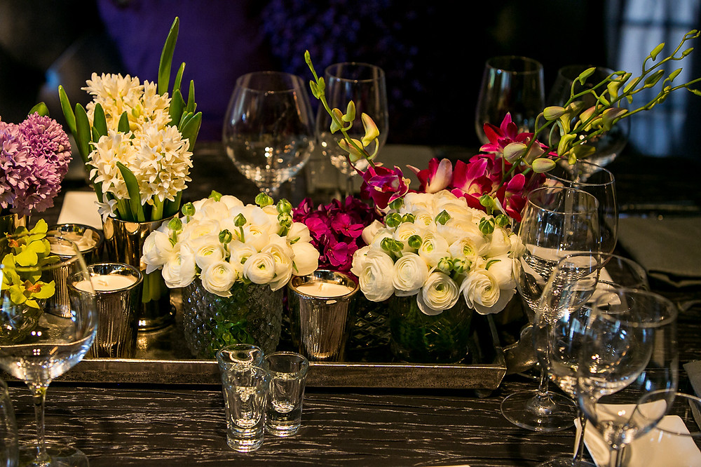 white roses and daisies for a beautiful wedding centerpiece