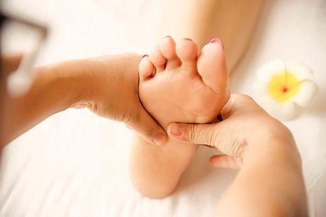femme-recevant-service-massage-pieds-masseuse-se-bouchent-pieds-mains-concept-service-massage_1150-1