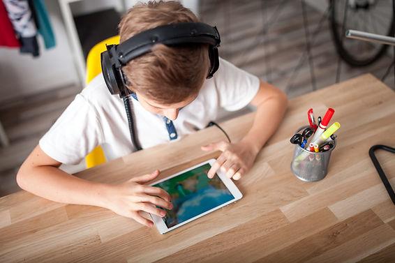 Un niño y su tableta.