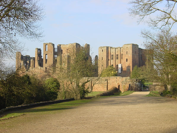 Kenilworth_Castle_gatehouse_landscape.jp