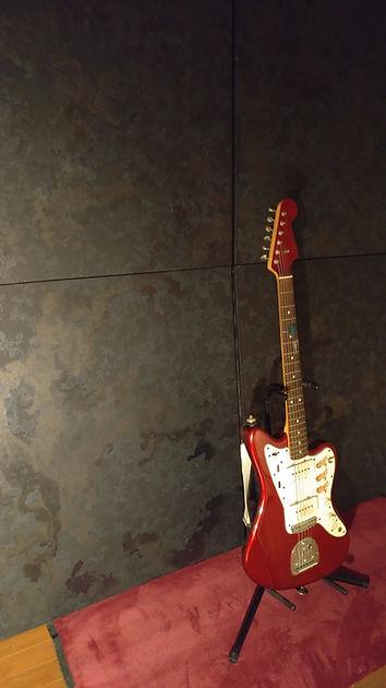 Feedback sound by fuzz guitar resonating