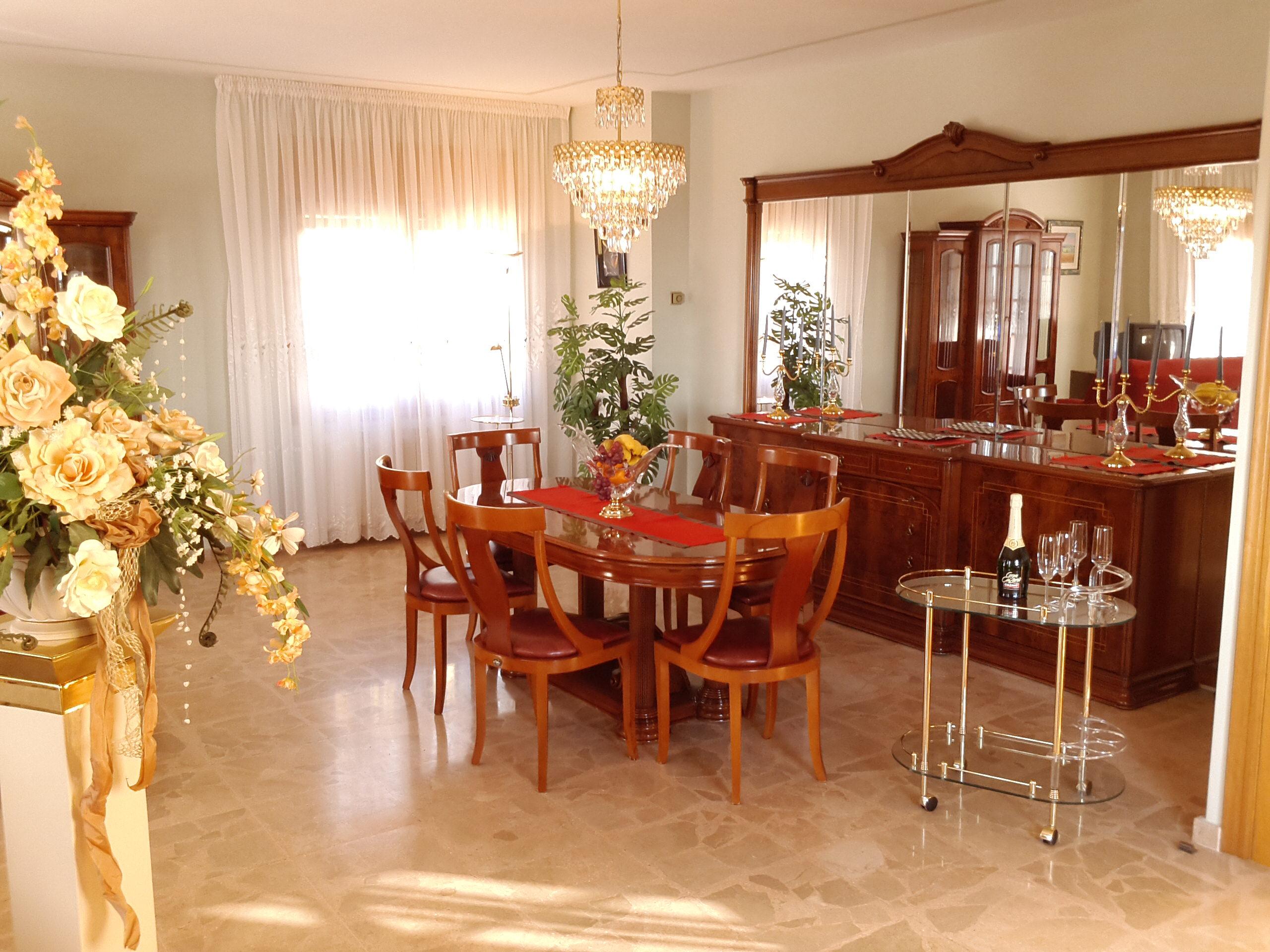 salón con mesa y TV