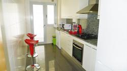 Küche_mit_roten_Stühlen_(von_vorne)