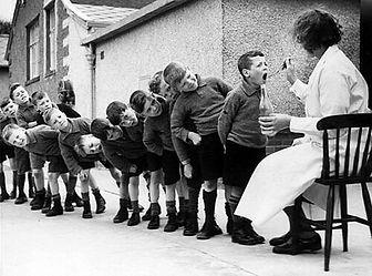 bambini-in-fila-per-la-loro-dose-settima