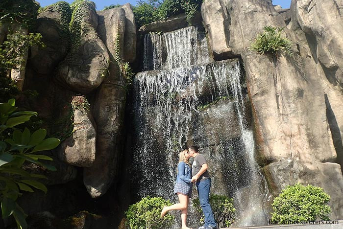 Taking a moment to kiss under the man-made waterfall of romantic accommodation Swiss Grand Xiamen.