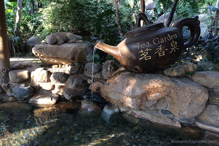 Looking for romantic things to do in Xiamen? Visit the hot springs of Riyuegu Hotsprings Resort. This one had a large teapot pouring water into it!