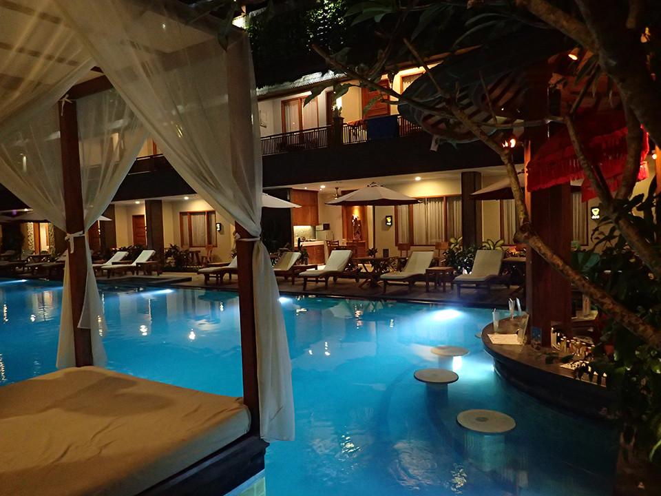 Astagina Resort and Spa, Bali - Poolbar and Poolbed