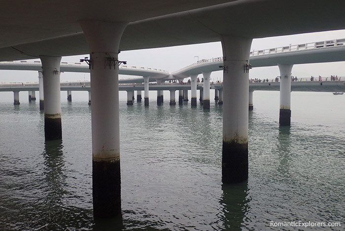 Romantic things to do in Xiamen: Sunset stroll at the walkway under the ocean road.