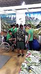 Audiodescrição: Foto com meninos e meninas vistos de lado e de costas. Um dos meninos está em uma cadeira de rodas.