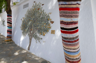 Kitted scarves for tree trunks