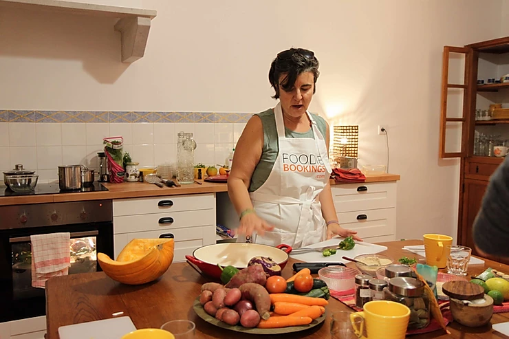 Sofia giving a Portuguese vegetarian cooking class at Casa das Hortas