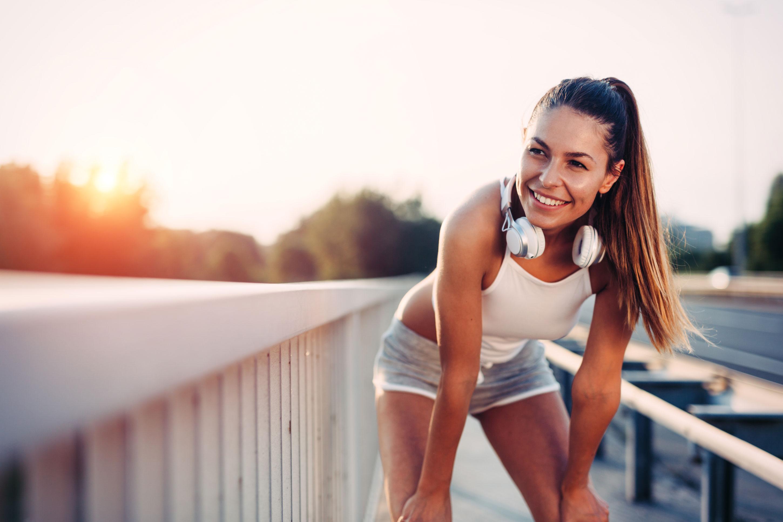 bestvibe-vibrationsplatten-junge-frau-joggt