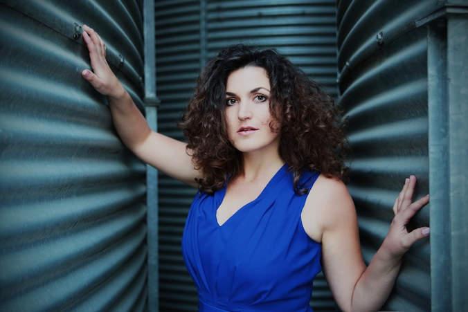 Yvonne Luithlen // Sängerin, Schauspielerin