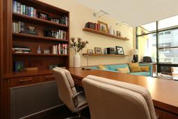 built+in+desk+for+condo+in+the+pearl+dis