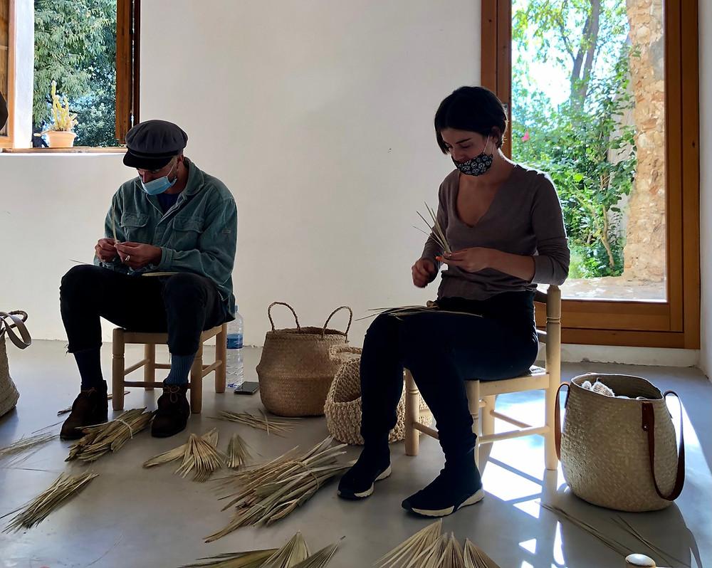 En la escuela impulsada por Antic Mallorca puedes aprender el proceso de la artesanía del palmito y conocer esta tradición de Mallorca.