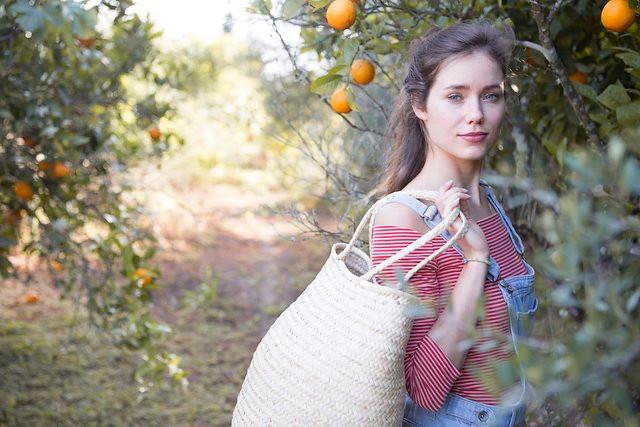 Antic Mallorca hace bolsos de palmito a mano en Mallorca, recupera esta artesanía a través de sus diseños y a través de la escuela de llata en la que enseñan este oficio en la isla.