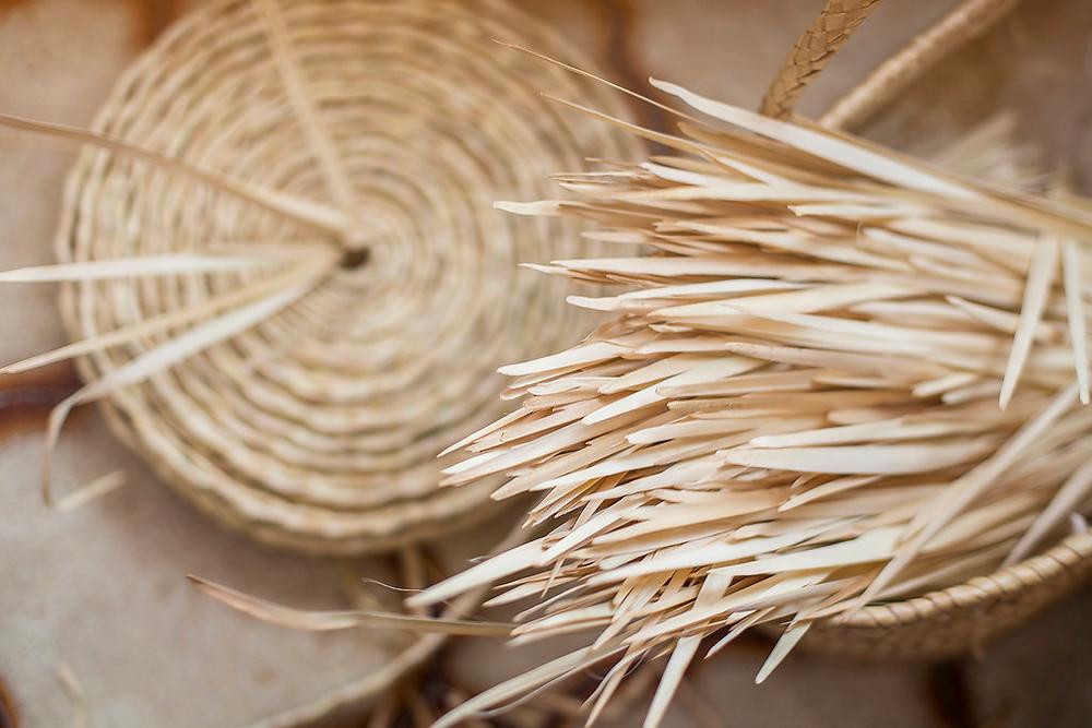 Hojas de palmito y llata, para hacer un bolso de Antic Mallorca.