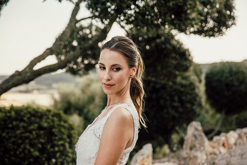 Para las novias mediterráneas que quieren una boda especial, íntima y sostenible, Juliet's Wedding Planners propone el perfume de Antic Mallorca. Foto de Inma del Valle