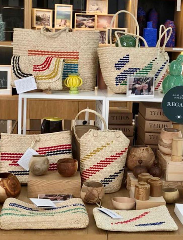 La Fábrica se encarga del catálogo de objetos, láminas y libros que tienen en común la botánica y la jardinería. Los bolsos de Antic Mallorca hechos con hojas de palmito no podían faltar en esta preciosa tienda.