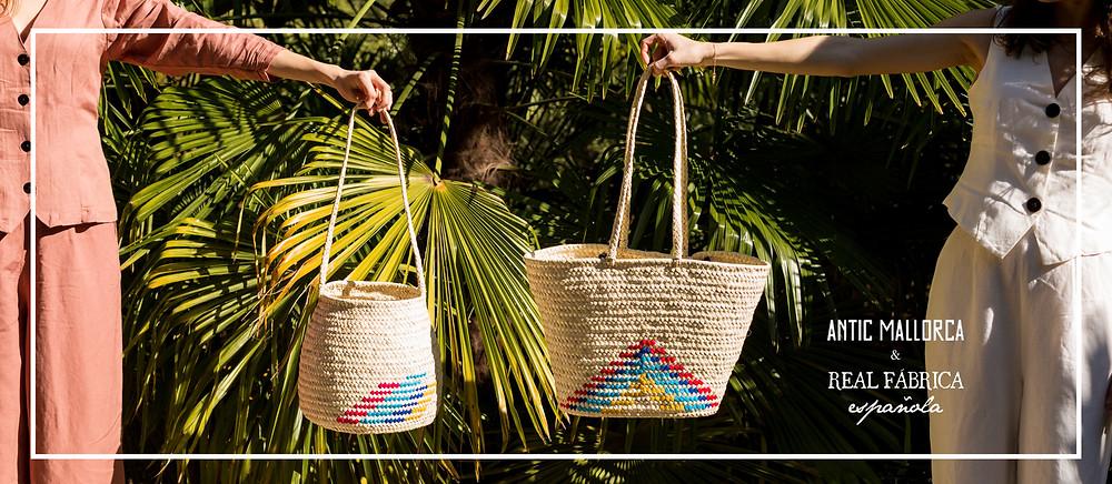 Puedes enocntrar la edición especial de bolsos y cestas de palmito Antic Mallorca & Real Fábrica, en la tienda de Real Fábrica.