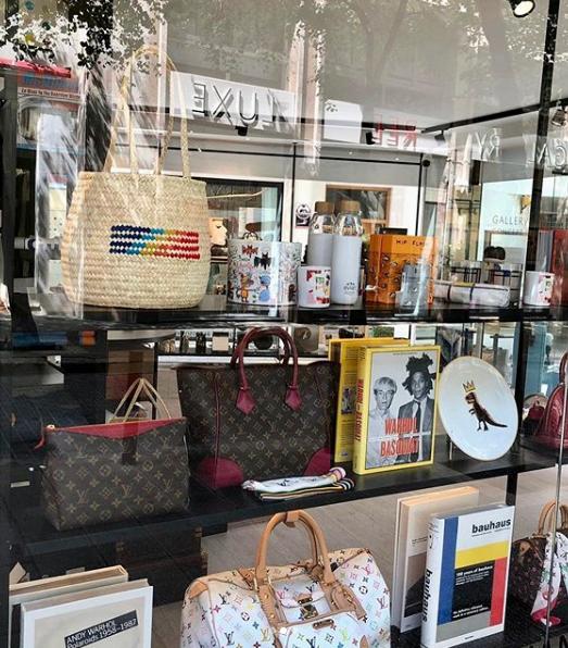 La Concept Store de Gallery Red reune lo mejor del arte contemporáneo y los mejores bolsos y accesorios de moda de los últimos años. Felices de que los bolsos de palmito de Antic Mallorca estén entre ellos.