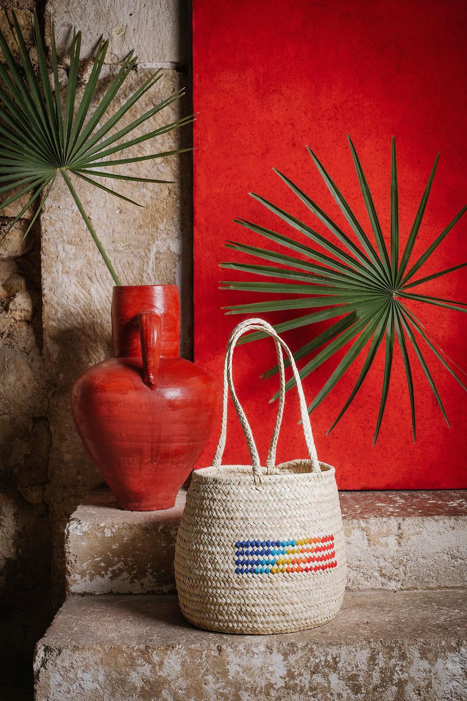 Nueva cesta en forma de saco bordada con los colores del verano de Antic Mallorca.