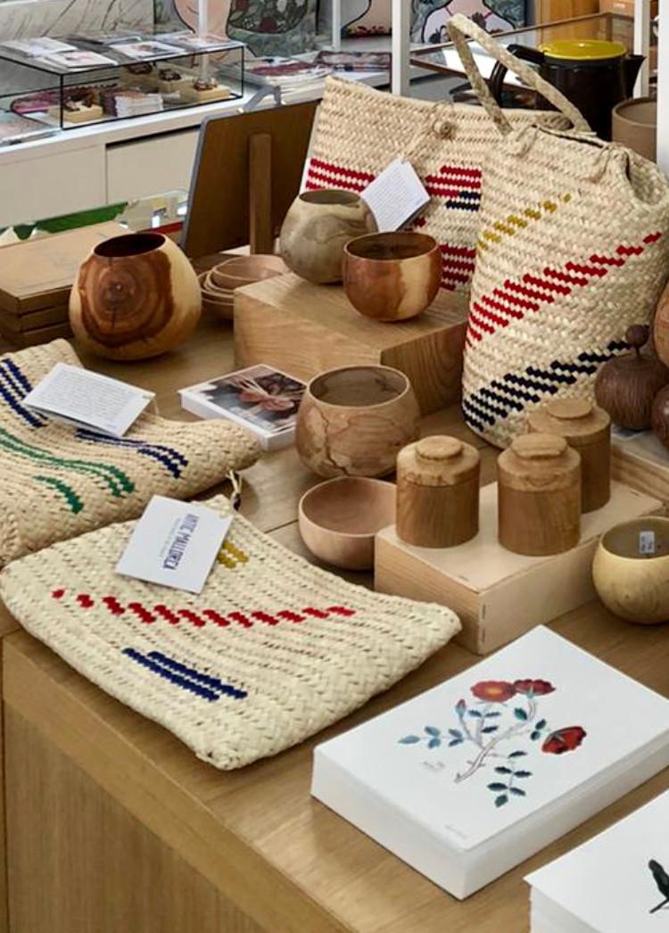 La nueva colección de bolsos de Antic Mallorca ya está a la venta en Madrid, en la bonita tienda del Jardín Botánico con La Fábrica. No dejes ver los bolsos allí este verano.