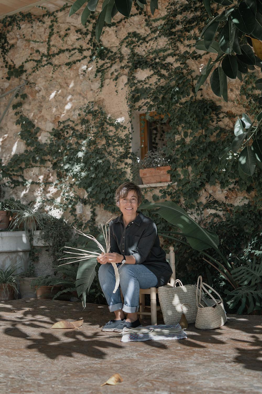 Araceli Iranzo desde Antic Mallorca hace contemporánea la artesanía de las cestas de palmito y transmite el oficio que ha aprendedido de sus grandes maestras, ses Madones de sa Llata de Capdepera.