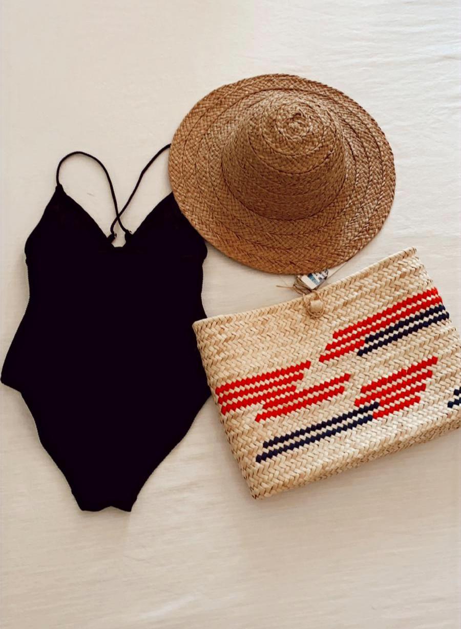 Bolso de palmito de Antic Mallorca con un diseño contemporáneo en la forma y en las simetrias abstractas en rosa y azul marino. Una pieza única hecha a mano en Mallorca.