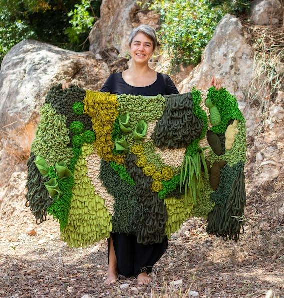 Silvina Moschina ofrece cursos intensivos de tapiz este verano en La escuela artesana.