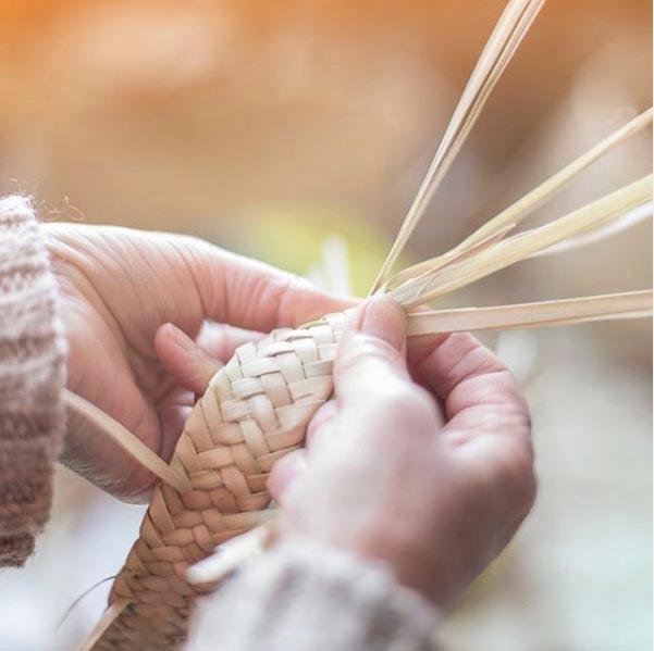 """Antic Mallorca crea """"L'escola de l'art de ses Madones de sa Llata"""". Un homenaje a las artesanas de Capdepera con las que trabaja desde hace más de 10 años y una forma de mantener viva esta artesanía en Mallorca y formar a nuevas generaciones de artesanas."""