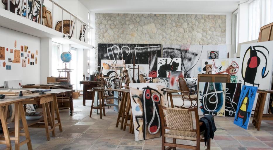 El Taller Sert, donde creaba Miró, tal y cómo él lo dejó, se puede visitar en la Fundació Pilar i Joan Miró de Palma de Mallorca.