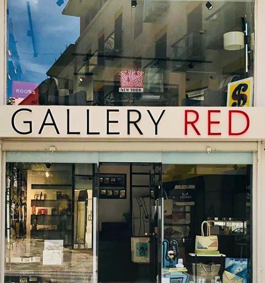 Fachada de Gallery Red Concept Store con bolso de Antic Mallorca junto a Keith Haring, Karl Lagerfeld, Gucci, Porsche... Una selección de objetos y piezas únicas y esclusivas en el centro de Palma.