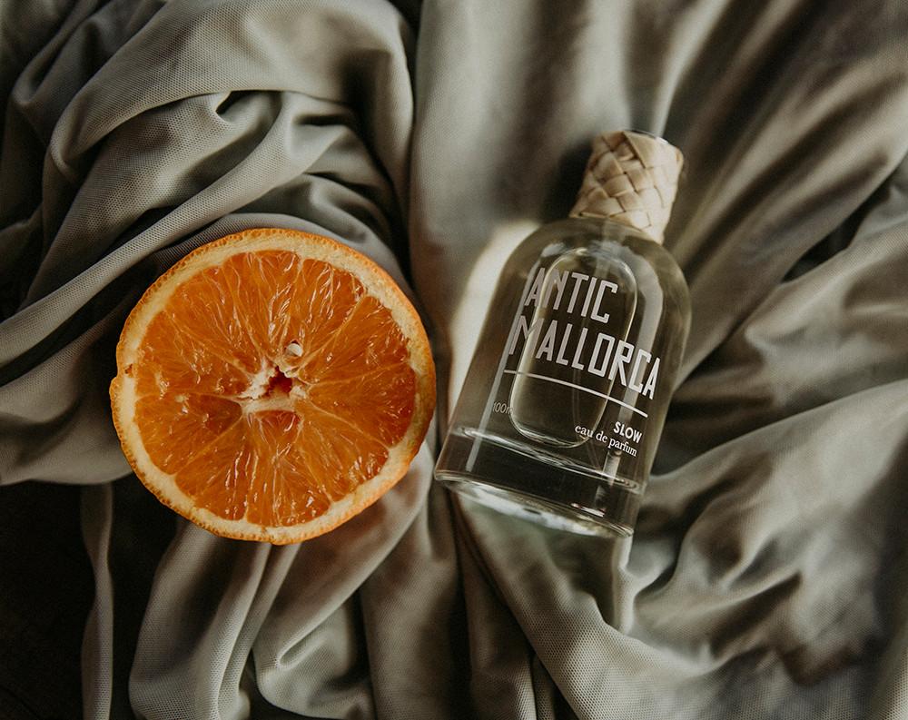 El complemento ideal para la boda Mediterránea es el perfume de Antic Mallorca. Acompañando a los besos y abrazos de la novia. Foto de Inma del Valle, sugerencia de Juliet's Wedding Planners.
