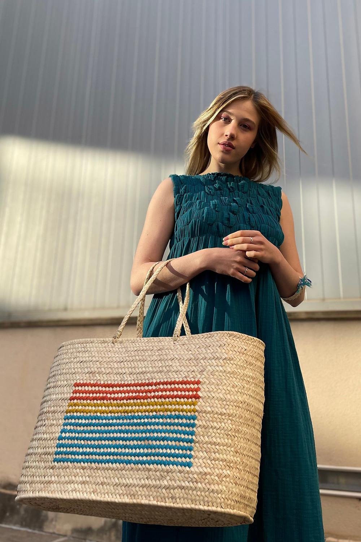 Un look de tarde estival con vestido de Cecilia Sörensen y maxi bolso de palmito de Antic Mallorca.