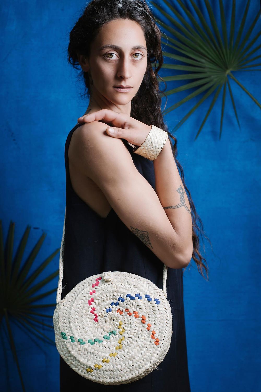 La bellísima Martina Terruzi fotografiada por Luna Pérez Visairas, con bolso y pulsera de Antic Mallorca y mono azul marino de Suite 13.