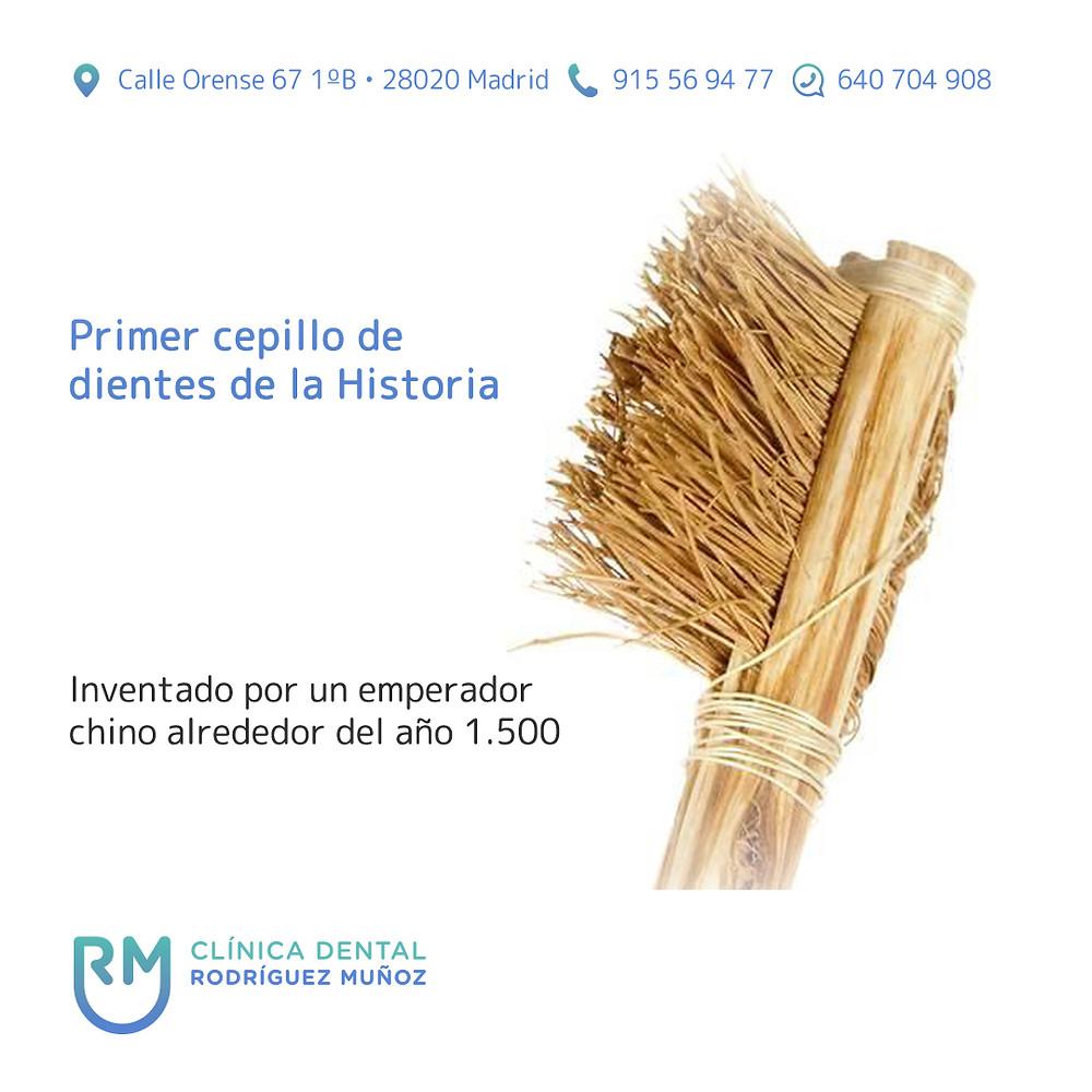 Primer cepillo de dientes de la Historia
