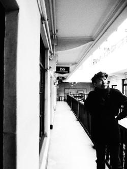 中庭を臨むバルコニーに佇む山田監督