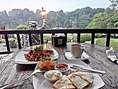 Some LSI JAKARTA DAY TOURS include lunch at Daunan Café!