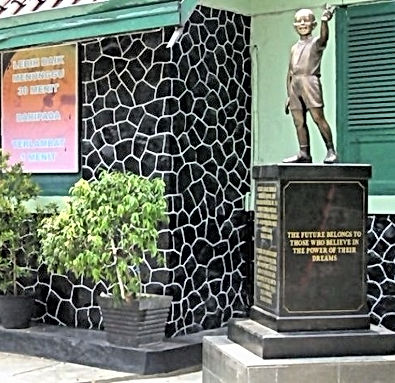 LSI PRIVATE JAKARTA CITY TOURS : See Obama Statue in Menteng.