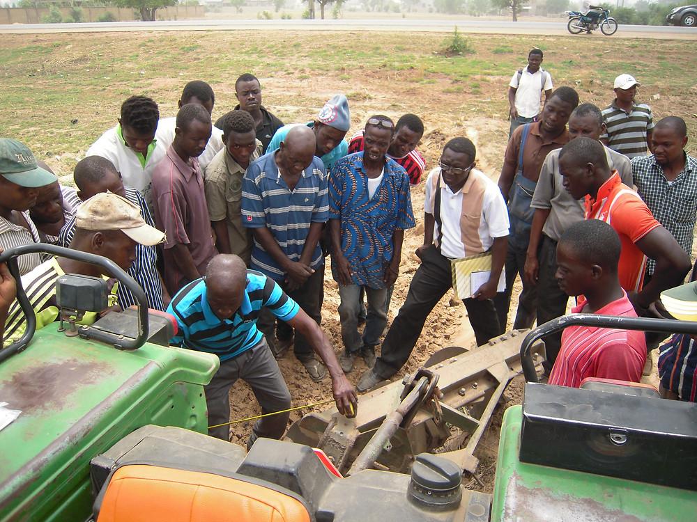 ガーナでは食糧農業省の主要プログラムとして、民間主導による農業機械化を推進するため、民間企業体である農業機械化サービスセンター(AMSEC: Agricultural Mechanization Service Centers)が全国に設立されました。    各AMSECは所有する機械で周辺の農家に対して、農業機械サービス(賃耕サービス等)を提供しており、これにより小規模農家の農業機械アクセスの改善に寄与しています。しかしながらAMSECの設立数は未だ89に留まっており(2015年末現在)、政府目標である2015年までに170という数値には達していません。また、設立済みのAMSECも経営の非効率性や所有機械の故障等により、安定的な利益を生み出す事業活動ができていないケースが多く見られます。    このため、食糧農業省農業機械サービス局の行政能力強化及びAMSECのマネージメント改善を目的とした本案件に当社から専門家2名が参加し、AMSECの経営者と機械オペレーターに対する研修、経営改善に関するコンサルテーション、農家グループとAMSEC、農業普及員のリンクアップといった活動を実施しました。    これらの活動により、AMSEC民間企業体として持続的に運営されることでガーナの農業機械化がより促進され、小規模農家の省力化が進むことが期待されています。